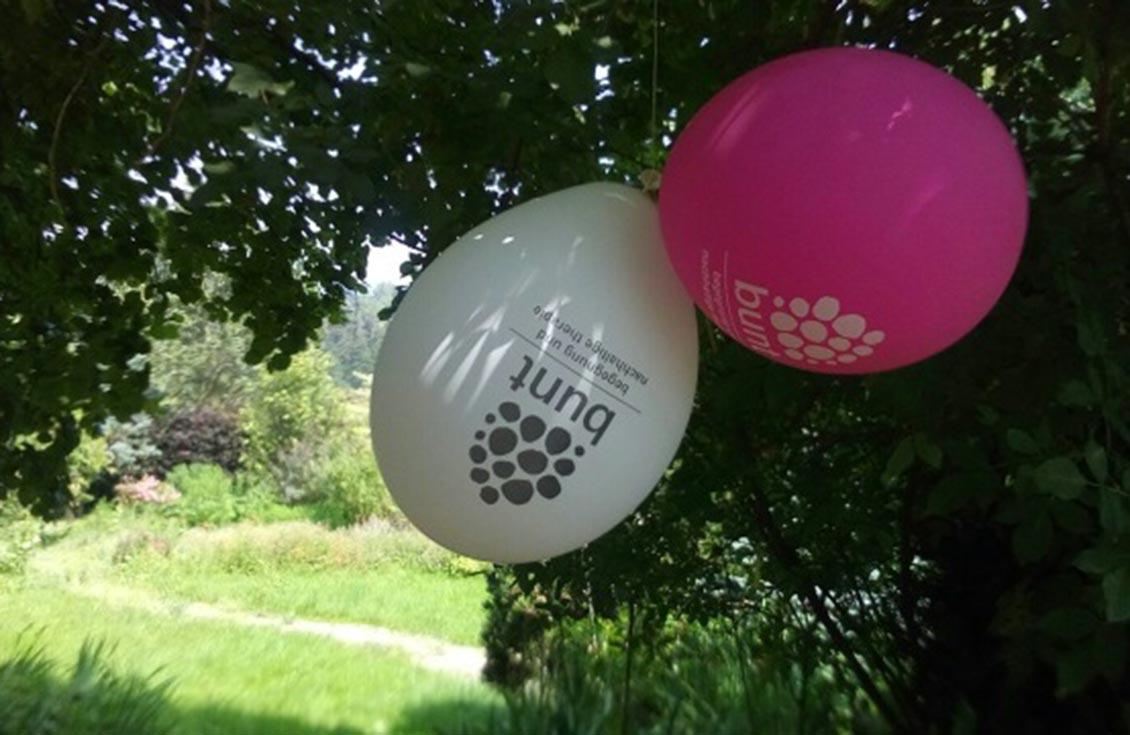 ballons mit gedruckten bunt logo
